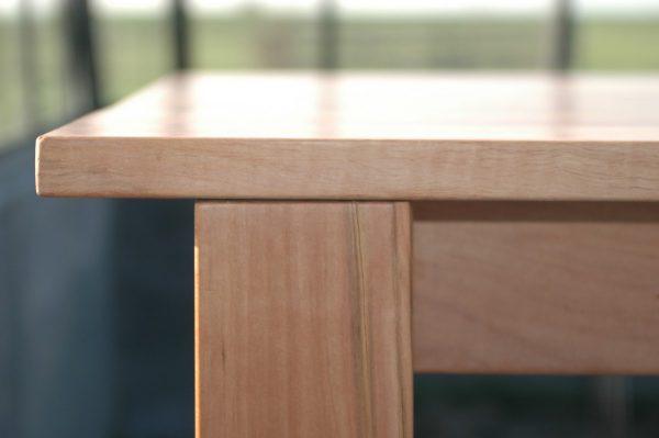 ader-als-detail-handgemaakte-tafel