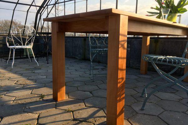 relatief-dun-tafelblad-massieve-poten